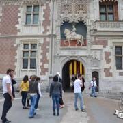 devant l'entrée du château de Blois