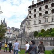 Une équipe devant le château