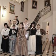 Mesdemoiselles devant l escalier d honneur